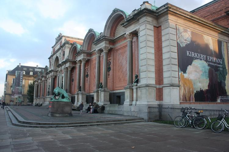 A photo of the Kirkeby Epiphany exhibition banner on the Copenhagen Glyptotek